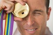 Viktor Röthlin präsentierte am Montag die Goldmedaille der Leichtathletik-EM vom Sommer in Zürich. (Bild: Keystone)
