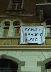 Hausbesetzer haben in der Nacht auf Mittwoch, 3. Januar 2018, an der Güterstrasse 7 in Luzern eine leerstehende Wohnung besetzt. (Bild: PD)