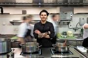 Herr der Töpfe. In einer optimalen Küche könne man alles auf einer Fläche machen, sagt Nenad Mlinarevic. (Bild Nadia Schärli)