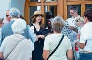 Karen Geyer (mit Hut) erwartet die Tourteilnehmer vor der Bibliothek. (Bild: Maria Schmid (Zug, 29. Juli 2017))