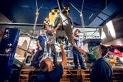 Mitarbeiter hängen den Fieseler «Storch» in der Halle Luftfahrt im Verkehrshaus der Schweiz ab. (Bild: Photopress / Gregor Kaluza)