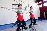 Die beiden Baarer Kunstradfahrerinnen Leana Hotz (links) und Flavia Schürmann trainieren für die EM in Baar. (Bild Werner Schelbert)