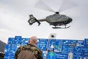Ein T-359 EC635P2 der Schweizer Armee landet in der Arena des Verkehrshaus. (Bild: Pius Amrein)