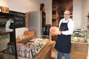 Roland Lobsiger zeigt das Käsesortiment in seinem neuen Laden. (Bild: Jonas von Flüe)