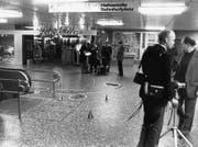 19. November 1979: Polizisten und Medienleute im Shopville beim Hauptbahnhof Zürich, wo ein Terrorist der Rote-Armee-Fraktion auf der Flucht nach einem Banküberfall eine Passantin erschossen und einen Polizisten verwundet hatte. (Bild: Keystone)