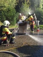 Die Feuerwehr beim Löschen der brennenden Fritteuse. (Bild: pd/Feuerwehr Stadt Luzern)