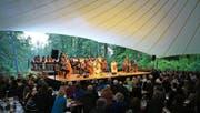 Stimmungsvoller Rahmen für musikalische Völkerverständigung: einheimische Volksmusiker und Gäste aus der Mongolei auf der Bühne in der Lichtung Gsang bei Giswil. (Bild Manuela Jans-Koch)