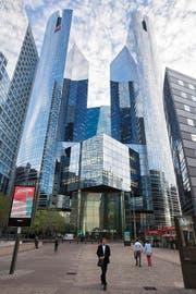 Das Zentrum der Pariser Finanzindustrie «La Defense». Unter anderem hierhin will die Regierung weitere Finanzdienstleister locken. (Bild: Getty)