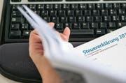 Der Schwyzer Kantonsrat hat beschlossen, den Steuerfuss anzuheben. (Bild: Keystone)