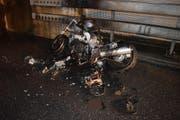 Der Lenker konnte das brennende Motorrad auf den Pannenstreifen stellen, wo es schliesslich vollständig abbrannte. (Bild: Luzerner Polizei)