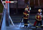 Mit Löschschaum rücken Weggiser Feuerwehrleute dem Kabelbrand zuleibe. (Bild: ild: NorgesFotballforbund/twitter)