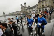 Läufer überqueren beim diesjährigen Luzerner Stadtlauf die Reussbrücke. (Bild: Boris Bürgisser / Neue LZ)