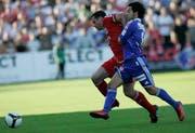 Jamie Carragher kämpft gegen Luzerns David Chiumento um den Ball. (Bild Keystone)