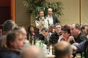 150 Interessierte besuchten das von Redaktor Dominik Buholzer (Bildmitte stehend) geleitete Podiumsgespräch in Stans. (Bild Roger Zbinden/Neue NZ)