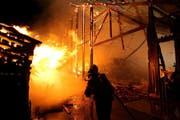 Die Feuerwehr kann das vollständige Abbrennen der Scheune nicht verhindern. (Bild: Freiwillige Feuerwehr der Stadt Zug)