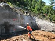 Bei Stütze 1 muss der Hang bergwärts mit Felsankern gesichert und mit Spritzbeton verfestigt werden. Das benötigte Wasser wurde zum Teil per Helikopter hochgeflogen. (Bild: PD/Rita Baggenstos, LKRS AG)