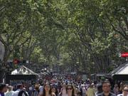 In den vergangenen Jahren ist die Kritik in Barcelona am Touristenboom lauter geworden. Die Stadt geht deshalb die Zimmervermittlungsportale vor, die ohne Genehmigungen Wohnungen an Touristen vermieten. (Bild: Manu Fernandez / Keystone)