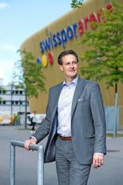FCL-Präsident und Anwalt Philipp Studhalter (40) vor der Luzerner Swissporarena. (Bild Dominik Wunderli)