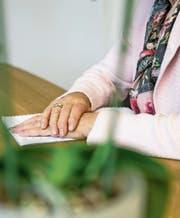 Wer plötzlich im Alter auf Pflege angewiesen ist, muss sich mit vielen verschiedenen Fragen gleichzeitig beschäftigen. Das neue Angebot der Pro Senectute soll dabei Hand bieten. (Symbolbild: Roger Grütter)
