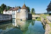 Das eindrückliche Schloss Hallwyl mit seinem Wassergraben erreicht man ab Luzern bequem mit der S 9 mit anschliessendem kleinen Fussmarsch.