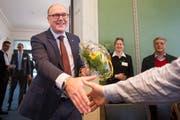 Der neu gewählte Regierungsrat Martin Pfister von der CVP nimmt nach der Resultatverkündung im Regierungsgebäude in Zug die Gratulationen entgegen. (Bild: Urs Flueeler / Keystone)