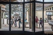 Blick aus dem Schulhaus Bühlmatt 1, das ab diesem Sommer umgebaut wird. (Bild: Nadia Schärli (Udligenswil, 11. April 2017))
