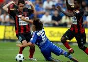 Stephane Besle (links) und Thierno Bah, (rechts) von Xamax, stoppen Davide Chiumient vom FC Luzern. (Bild Keystone)