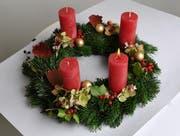 Adventskränze mit brennenden Kerzen sollten nie unbeaufsichtigt gelassen werden.. (Bild: Corinne Glanzmann / Neue LZ)