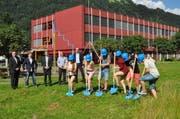 Sechs Lernende des bwz Uri hatten die Ehre, den Spatenstich zu tätigen. (Bild: pd)