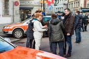 Dreharbeiten in der Luzerner Kleinstadt: Schauspieler Stefan Gubser (vorne rechts) mit dem «Tatort»-Filmteam. (Bild SRF/Daniel Winkler)