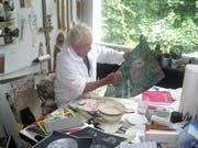 Hans Erni arbeitet in seinem Atelier am Bild «Wald ist Leben». (Bild: PD)