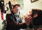 Brutale Einschüchterungstaktik: Die Filmfigur Sepp Rieder (Marcus Signer) verprügelt im neuen Luzerner Tatort die drogenabhängige Sascha (Mona Petri). (Bild SRF/Daniel Winkler)