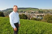 Viktor Bienz, Einwohnerpräsident von Kriens, bei der umstrittenen Parzelle für den Weinbau. (Bild Corinne Glanzmann/Neue LZ)
