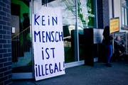 Demo-Plakat vor dem Eingang des Amts für Migration. (Bild: zvg)