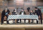 Die Theaterleute beim Proben ihres Stücks «I der Vehfreud» im Gemeindesaal in Marbach. Im Mundartstück nach Jeremias Gotthelf geht es um das harte Leben der Milchbauern. (Bild: Nadia Schärli (19. Dezember 2017))
