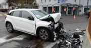 Die Autofahrerin prallte frontal in die Betonmauer des Kreisels im Dorfzentrum Büron. (Bild: PD)