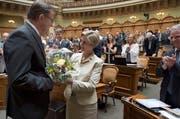 Die Urner FDP-Fraktionspräsidentin Gabi Huber beglückwünscht Peter Schilliger mit Blumen zu seiner Wahl. (Bild: Keystone)