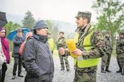 Oberleutnant Jeremias Burch im Gespräch mit Regierungsrat Marcel Schwerzmann (Bild: Roger Grütter (St. Luzisteig, 27. April 2017))