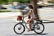 Mit dem E-Bike statt mit dem Auto zur Arbeit oder zum Einkaufen: In Luzern und Zug können Interessierte dies testen. (Bild: Keystone/Martial Trezzini)