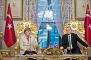 Die deutsche Kanzlerin Angela Merkel hat sich im Satire-Streit mit dem türkischen Präsidenten Recep Tayyip Erdogan in eine Zwickmühle manövriert. Im Bild sind die beiden beim Staatsbesuch vom letzten Oktober in Istanbul zu sehen. (Bild: AP/Tolga Bozoglu)