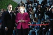 Gute Mienen zu freundschaftlichem Treffen: Emmanuel Macron und Angela Merkel gestern in Berlin. (Bild: EPA)