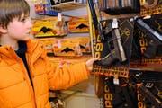 Noah Arfini (7) möchte als Cowboy an die Fasnacht gehen. Deshalb schaut er sich die Chäpslipistolen genau an. (Bild Boris Bürgisser/Neue LZ)