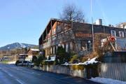 Das Restaurant des «Rössli» in Stalden soll bestehen bleiben, darum herum sollen Wohnhäuser und Ferienwohnungen entstehen. (Bild Romano Cuonz)