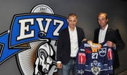 Mark Ineichen, CEO von Otto's (links) und Patrick Lengwiler, CEO des EVZ, mit dem neue T-Shirt 2016 / 2017. (Bild PD)