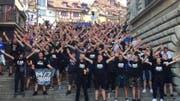 Kroatische Fussballfans skandieren auf der Rathaustreppe.