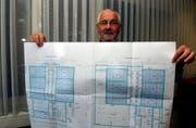 Kaspar Knüsel vom Abwasserverband Schwyz mit einem Bauplan der neuen Biofilteranlage. (Bild Bert Schnüriger/Neue SZ)
