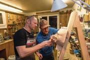Jeder Handgriff sitzt: Markus Zimmermann und sein Sohn Christoph in ihrer Werkstatt. (Bild: Roger Grütter (Obernau, 20. Januar 2018))