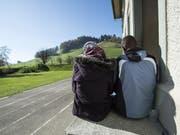 Asylanten auf einer Treppe in einem Schweizer Asylzentrum (Archiv) (Bild: Keystone)