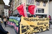 Unübersehbare Botschaften: Der Demonstrationszug hüllte sich in Transparente. (Bild: Manuela Jans (Neue LZ))