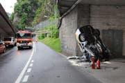 Das total beschädigte Auto auf der Unfallstelle. (Bild: Kantonspolizei Nidwalden)